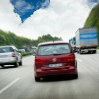 Kein fahrlässiger Geschwindigkeitsverstoß bei durch Überholvorgang verdecktem Schild