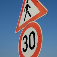 Wann gelten Zusatzschilder von Geschwindigkeitsbeschränkungen?